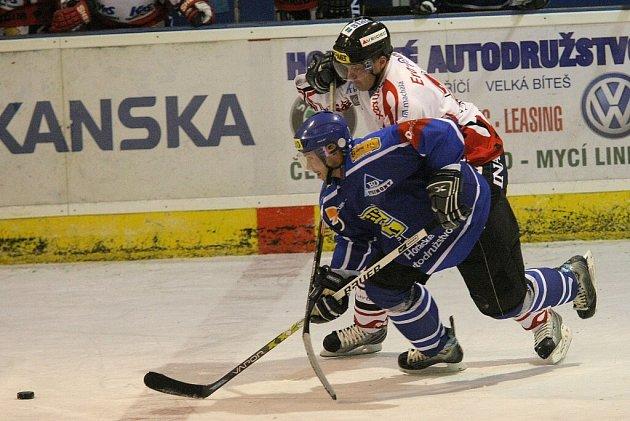 . Hokejisté Velkého Meziříčí (v modrém) po odstoupení kouče Bohumila Prachaře opět prohrálo.