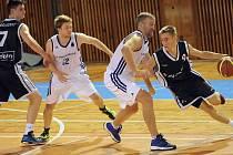 Další dva plné bodové zisky si o víkendu připsali basketbalisté Žďáru nad Sázavou (v bílém). Čtyři body zajistily výhry v Ostravě nad VŠB  a těsné vítězství nad nepříjemným Hladnovem.