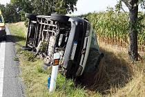 Dodávka po nehodě skončila na boku.
