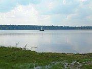 Chodníčky kolem břehu Velkého Dářka na původní stezce podlehly zubu času, mostky ještě drží, ač jsou často zaplavovány vodou z rybníka.
