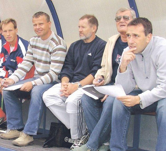 Karel Vidlák (vlevo v pruhovaném) si za svého působení ve Velkém Meziříčí vyzkoušel také pozici vedoucího mužstva u A–týmu. Nyní by se měl vrátit s píšťalkou na trávníky.