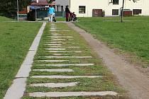 Zatím provizorní chodník bude moci být dostavěn až po zrušení regulačního plánu, který v lokalitě platí od roku 2001. V té době ve Farských humnech ještě park neexistoval.