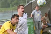Fotbalisté Pelhřimova (v bílém Lukáš Máca) vyhráli na hřišti druhých Rosic a stále mají teoretickou šancí na vítězství v celé divizi. Do konce soutěže zbývají dvě kola.