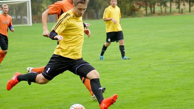 Fotbalisté Hamrů (u míče) si v malém derby poradili s Počítkami a přesvědčivě zvítězili 4:1.