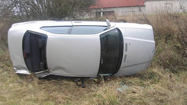 Vůz, který řídila opilá Ukrajinka, skončil mezi Vlkovem a Deblínem na boku mimo silnici. Dívka se policii k nehodě přiznala až druhý den.