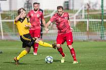 V sobotním utkání čtvrtého divizního kola vyfasovali fotbalisté Bystřice nad Pernštejnem (v červeném) těžký výprask od juniorky Zbrojovky Brno.