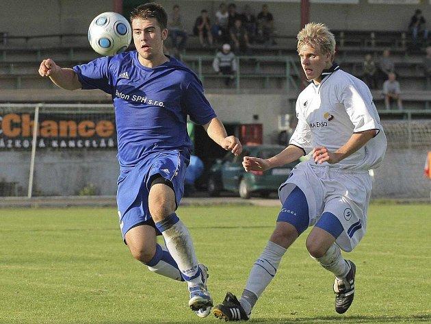 Ždírecký devatenáctiletý útočník Pavel Klimeš (v bílém) sice ve šlágru gól nedal, ovšem dva připravil. Pro bystřickou defenzivu (v tmavém Jaromír Chocholáč) byl neustálou hrozbou.