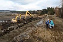 Hráz Velkého Dářka, největšího rybníka na Vysočině obhospodařovaného společností Kinský Žďár, prochází rekonstrukcí.