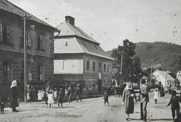 Štěpánovská fara a škola v roce 1927.