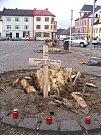 Místní obyvatelé zásahy do zeleně nelibě nesou. Někdejší kácení borovic je natolik rozladilo, že pařezy označili dřevěnými křížky a zapalovali u nich svíčky.