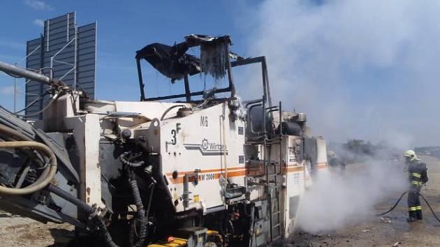 Na opravovaném úseku dálnice D1 u Velké Bíteše hořela silniční fréza, škoda se vyšplhala na šest milionů korun
