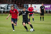 Po výhrách nad Bystřicí a Polnou nestačili hráči FC Žďas (v černém) na fotbalisty Hlinska.