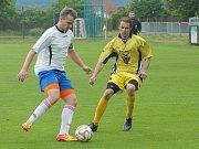Obnovená premiéra v nejnižší krajské soutěži se fotbalistům Bohdalova (ve žlutém) povedla. Ze hřiště postupovými ambicemi se netajícími Rapotic totiž přivezli v prvním kole bod za remízu 1:1.