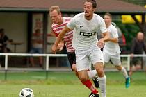 Středopolař FC Žďas Čestmír Vitásek (v bílém) si v sobotním přípravném utkání na půdě Hlinska vyzkoušel hned dva posty.