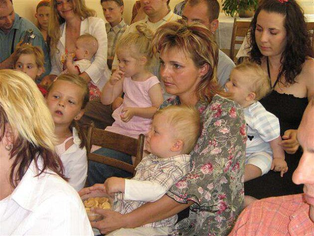 """Nejvíce dětí za posledních deset měsíců v neděli přivítali na radnici představitelé Polničky při slavnostním obřadu """"Vítání do života""""."""