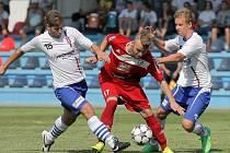 Fotbalisté Velkého Meziříčí (v červeném Roman Durajka) si připsali v MSFL první porážku. Nestačili na favorizované Vítkovice.