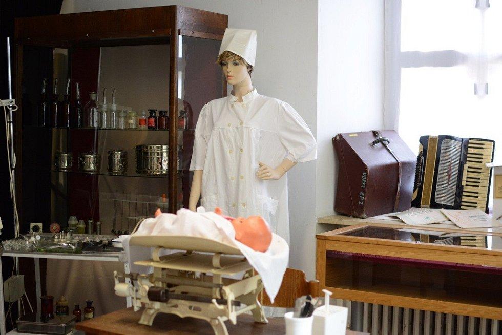 Expozice, rozsáhlejší, než je běžné, představuje zvídavým návštěvníkům množství unikátních exponátů i historickou lékárnu. Výstavu lze navštívit do konce prázdnin.
