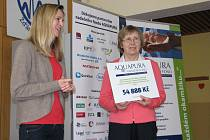 Za nadační fond Aquapura ve žďárské zdravotnické škole předala primářce oddělení klinických laboratoří a transfúzní služby novoměstské nemocnice Vlastě Musilové (vpravo) přístroje za 54 888 korun Petra Adámková (vlevo).