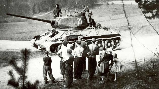 Odhozenou munici po prchajících německých vojácích sbírali na území dnešního žďárského okresu Rusové a Rumuni. Ti ji poté také likvidovali.