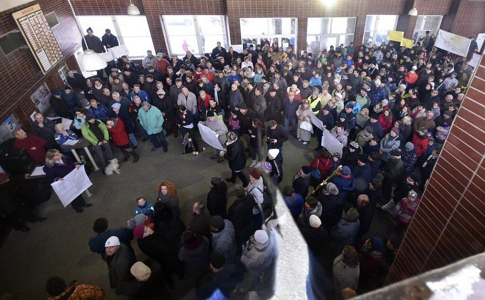 Lidé v Křižanově demonstrovali za obnovení zastávek rychlíků.