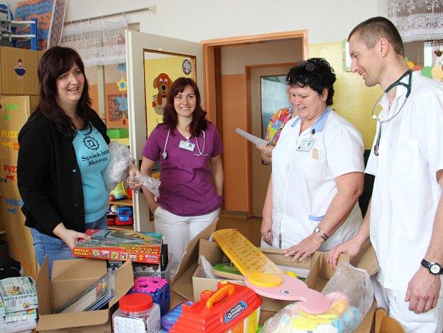 Věci za 9,5 tisíce korun pro děti hospitalizované na dětském oddělení novoměstské nemocnice předaly ženy ze Spolku holek Moravec.
