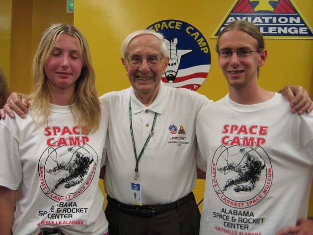 Tomáš Pejchal na snímku s kolegyní Marií Drösslerovou a Georgem von Tiesenhausenem, který byl členem týmu německých vědců. Jejich vedoucí Wernher von Braun zkonstruoval například raketu Saturn V, jež donesla americké kosmonauty na Měsíc.
