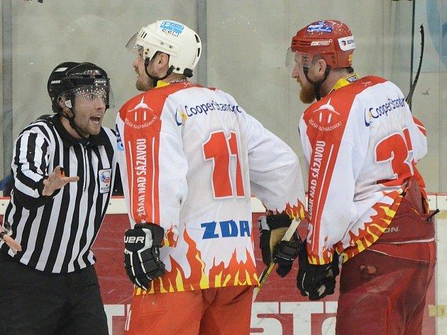 Tomáš Smejkal (vlevo) a Lukáš Krupka se snažili rozhodčímu celou situaci vysvětlit ze všech nejdéle.