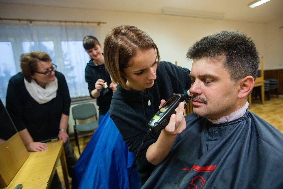 Charitativní skupinové holení Movember.