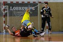 Po odchodu Víta Schamse se Michal Studený (v černém dresu) v této sezoně vypracoval v gólmanskou jedničku Nového Veselí.