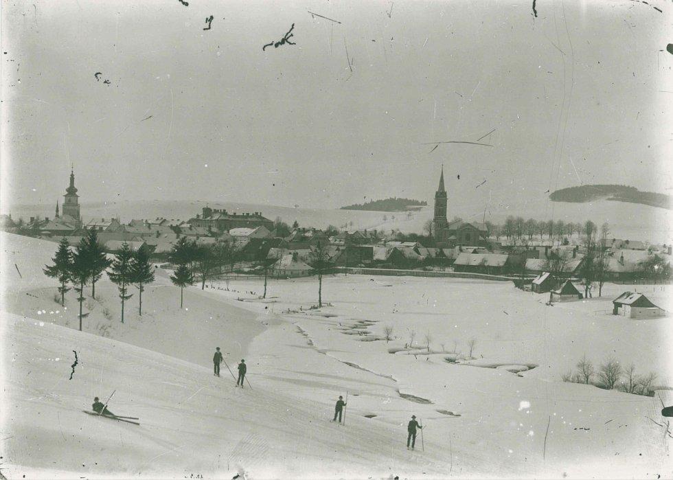 První lyžaři na oboře na přelomu 19. a 20. století.