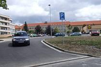 Rozšíření a propojení parkovišť před poliklinikou a před hypermarketem Lidl usnadní výjezd z prostoru pro stání aut.