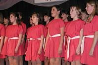 Dětský pěvecký sbor Žďáráček je soubor s dlouhou tradicí – snímky z archivu připomínají koncert u příležitosti 30. výročí vzniku sboru v roce 2003. Foto: Deník/Lenka Mašová