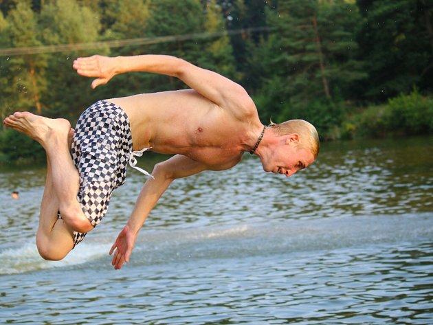 Skoky do vody patří k oblíbeným zábavám u rybníků či na koupališti. Problém ale nastává ve chvíli, kdy je v místě malá hloubka či pevné předměty skryté pod hladinou.