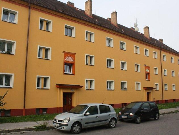 O výzdobu domu nepřišli třeba obyvatelé v Okružní ulici, nechali si ji tam před zhruba dvěma roky namalovat. Trojrozměrně vyhotovené půlkvěty nad vchody udělal regionální výtvarník Miloš Sláma. Město přispělo 20 tisíci korun.