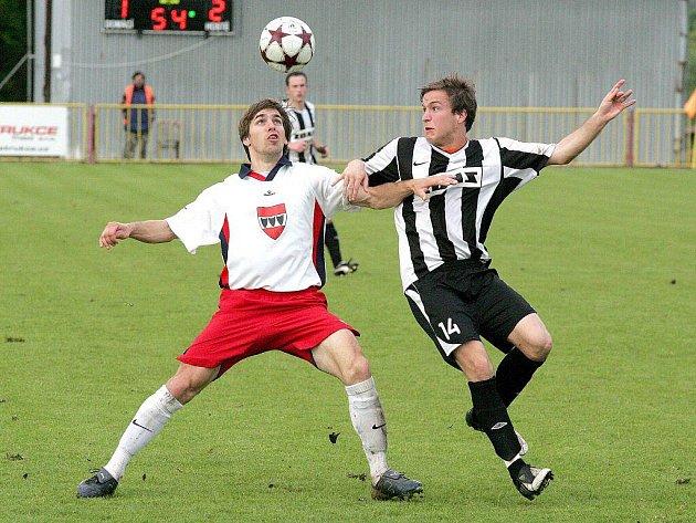 David Komínek (vlevo) i Jan Mašek patřili v derby ke klíčovým hráčům svého týmu. Po závěrečném hvizdu byl spokojenější žďárský záložník.