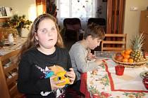 Nejraději si Linda hraje se svým skřítkem Storidoo, interaktivní hračkou, která umí vyprávět pohádky. Sama Linda si může určit, jak se bude příběh vyvíjet.