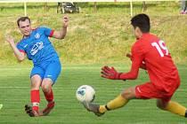 Fotbalisté současného mužského týmu Radešínské Svratky (v modrých dresech) mají dostatek následovníků v mládežnických kategoriích.