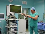 Primář urologie ukázal nové zařízení veřejnosti.