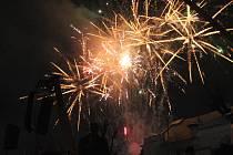 Novoroční ohňostroj na žďárském náměstí Republiky.