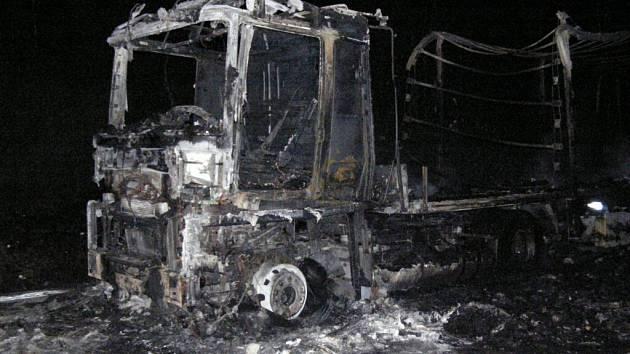 Ohořelý kamion na 127. kilometru dálnice D1 ve směru na Prahu