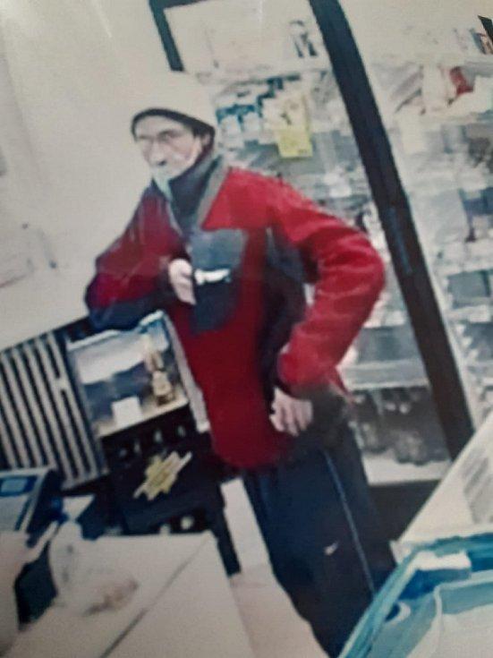 Kriminalisté se obracejí na případné svědky, kteří si v úterý ráno všimli podezřelého muže. Ten se po Křoví pohyboval na jízdním kole, případně vedl jízdní kolo a směřoval k prodejně potravin nebo od prodejny potravin.