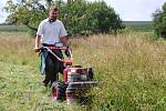 Díky ručnímu sekání trávy se na podmáčené louky vracejí vzácné druhy rostlin a živočichů.