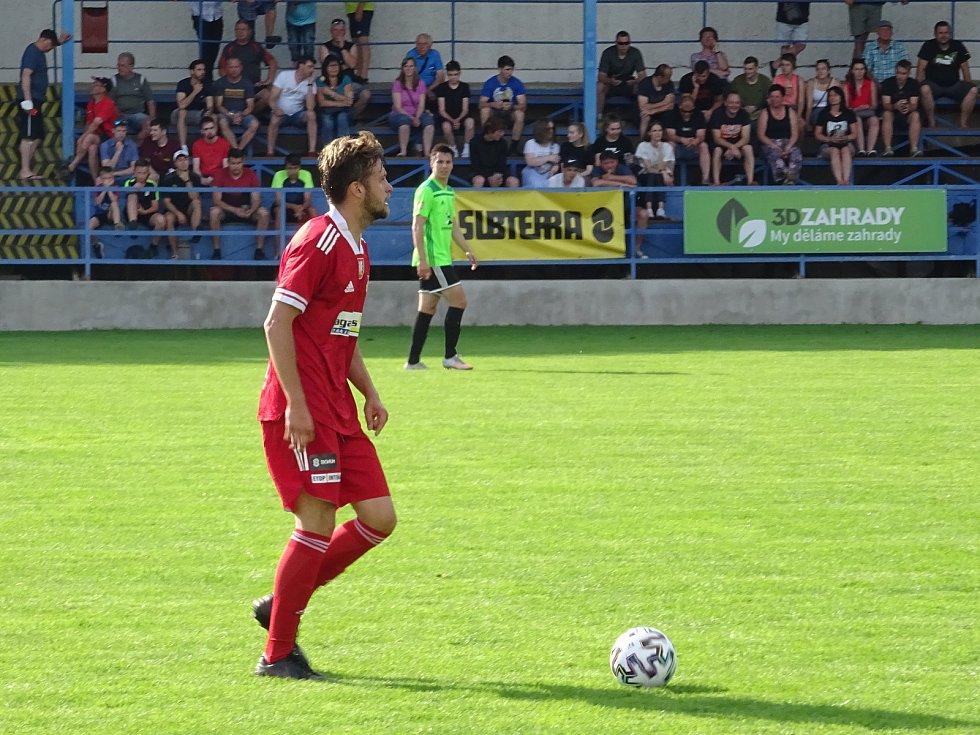 V přátelském utkání ve středu zvítězili fotbalisté Velkého Meziříčí (v červeném) na hřišti Nového Města těsně 1:0.