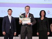 Majitel zámku Constantin Kinský (na fotografii uprostřed) převzal cenu za první místo v soutěži Zlatý erb.