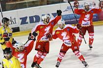 Hokejisté Žďáru nad Sázavou (v červeném) sice se Sokolovem v semifinále neuspěli, s ostatními výsledky a také se stále se zlepšujícími výkony mohou být spokojeni.