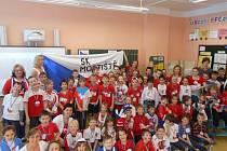 Do zářivých barev trikolory, se oděli nejen žáci Základní školy v Mostištích, ale také jejich učitelky. Červená, modrá a bílá vévodila celé školní budově a byla také základem sladkých i slaných dobrůtek, které připravily šikovné ruce maminek.