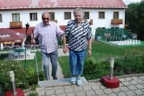 Nevidomý Adolf Pečinka ze Žďáru nad Sázavou předvádí nácvik chůze do schodů.