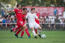 Takto před třemi lety bojovali divizní fotbalisté Žďáru (v bílém Robin Kunstmüller) v pohárovém souboji s brněnskou Zbrojovkou. ve středu si tento duel zopakují.