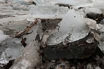 V Dalečíně na Žďársku ve středu vodohospodáři rozbíjeli led, aby uvolnili koryto řeky Svratky ve spodní části obce.