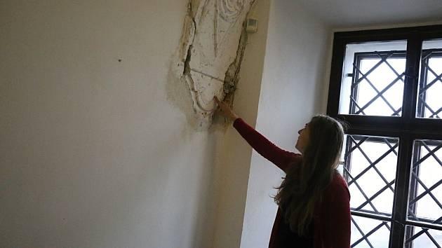 Restaurátoři obnovují zašlou slávu štukové výzdoby v Horáckém muzeu